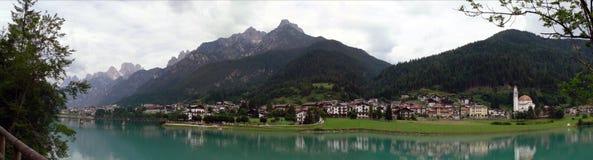 Auronzo di Cadore avec le lac Image stock