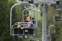 Auronzo di Cadore, menina de Itália A com um elevador da montanha do passeio da criança no verão foto de stock