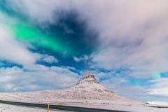 Aurora acima de Kirkjufell Grundarfjörður, Icelan Foto de Stock Royalty Free