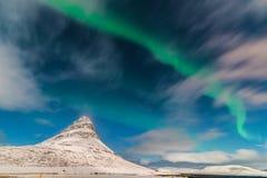 Aurora acima de Kirkjufell Grundarfjörður, Icelan Imagens de Stock Royalty Free