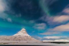 Aurora acima de Kirkjufell Grundarfjörður, Islândia Imagens de Stock
