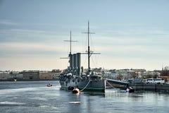 Aurora Avrora-kruiser in heilige-Petersburg, Rusland Het Russische schip van het kruisermuseum in St. Petersburg stock foto's