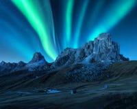 Aurora boreal acima das montanhas na noite Aurora Borealis imagem de stock royalty free
