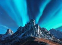 Aurora boreal acima das montanhas na noite Aurora Borealis fotos de stock royalty free