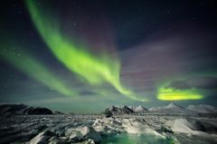 Aurora boreal através do céu ártico - Spitsbergen, Svalbard Imagens de Stock Royalty Free