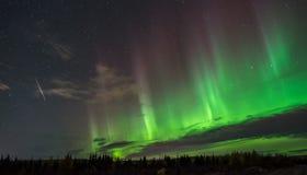 Aurora boreal e meteorito sobre Canadá Imagem de Stock