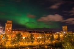 Aurora boreal en ciudad imagenes de archivo