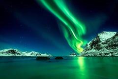 Aurora boreal en la playa de Haukland en las islas de Lofoten fotos de archivo libres de regalías
