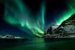 Aurora boreal en la playa de Haukland en las islas de Lofoten imagen de archivo