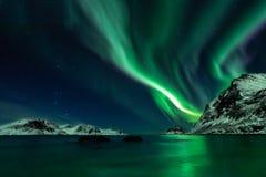 Aurora boreal en la playa de Haukland en las islas de Lofoten fotografía de archivo libre de regalías