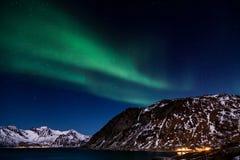 A aurora boreal sobre as montanhas e o oceano foto de stock royalty free