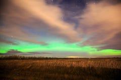 Aurora boreal sobre campo de granja con el cloudscape dramático imagen de archivo libre de regalías