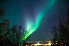 Aurora boreal sobre ciudad Fotografía de archivo libre de regalías