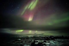 Aurora boreal sobre el archipiélago ártico de Svalbard Foto de archivo