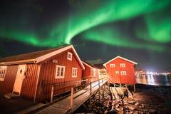 Aurora boreal sobre el pueblo pesquero de Reine, islas de Lofoten Foto de archivo