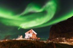 Aurora boreal sobre el pueblo pesquero de Reine, islas de Lofoten Fotografía de archivo