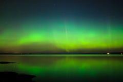 Aurora boreal sobre o lago em finland Foto de Stock