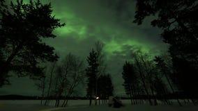 Aurora boreal sobre país congelado sobre el ártico en Finlandia almacen de metraje de vídeo