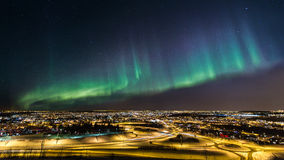 Aurora boreal sobre uma cidade fotos de stock royalty free