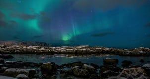 Aurora boreale (aurora borealis) sopra il fiordo della Norvegia archivi video