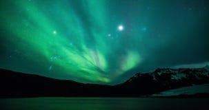 Aurora boreale (aurora borealis) sopra un lago del ghiacciaio in Islanda archivi video