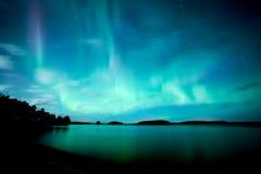 Aurora boreale che balla sopra l'aurora borealis calmo del lago fotografie stock