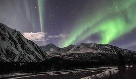 Aurora boreale che balla sopra le montagne Fotografia Stock Libera da Diritti