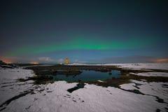 Aurora boreale che riflette in uno stagno sulla riva dell'Islanda Fotografia Stock Libera da Diritti