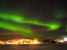 Aurora boreale e stelle sopra la città Fotografia Stock