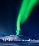 Aurora boreale nella casa delle montagne delle Svalbard, città di Longyearbyen, Spitsbergen, carta da parati della Norvegia Fotografia Stock