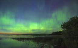 Aurora boreale sopra acqua Immagini Stock Libere da Diritti