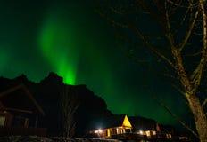 Aurora boreale sopra il paesaggio dell'Islanda fotografia stock libera da diritti
