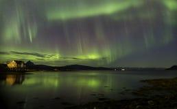Aurora Borealis över den norska fjorden Arkivfoton
