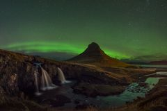 Aurora Borealis över det Kirkjufellsfoss och Kirkjufell berget Fotografering för Bildbyråer
