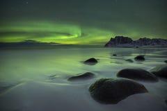 Aurora borealis über einem Strand auf dem Lofoten in Norwegen Lizenzfreie Stockfotografie
