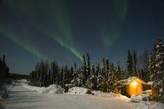 Aurora Borealis über wenigem Haus Stockfotografie