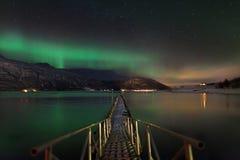 Aurora borealis au-dessus d'un fjord norvégien image libre de droits
