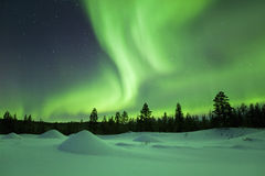 Aurora borealis au-dessus de paysage d'hiver, Laponie finlandaise photo stock