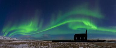 Aurora borealis boven de kerk in IJsland Groene noordelijke lichten Sterrige hemel met polaire lichten royalty-vrije stock fotografie