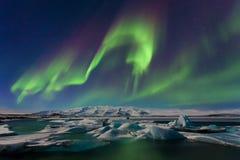 Aurora borealis boven het overzees De Lagune van de Jokulsarlongletsjer, IJsland Groene noordelijke lichten Sterrige hemel met po stock foto