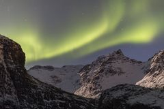 Aurora borealis boven sneeuwbergen royalty-vrije stock fotografie
