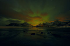 Aurora Borealis colorido surpreendente igualmente sabe como a aurora boreal no céu noturno sobre Lofoten ajardina, Noruega, Escan imagens de stock royalty free