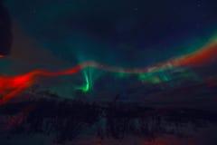 Aurora Borealis colorido surpreendente igualmente sabe como a aurora boreal no céu noturno sobre Lofoten ajardina, Noruega, Escan Imagem de Stock Royalty Free