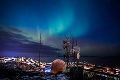 Aurora Borealis con el brillo protagoniza sobre el fiordo y el highlighte Fotografía de archivo