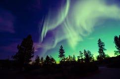 Aurora borealis da aurora boreal no céu noturno sobre a paisagem bonita do lago imagem de stock