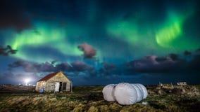 Aurora borealis da aurora boreal sobre a casa da exploração agrícola imagens de stock