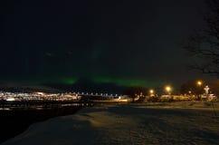 Aurora borealis dansant au-dessus de la montagne et du pont d'île de baleine en hiver froid Image libre de droits