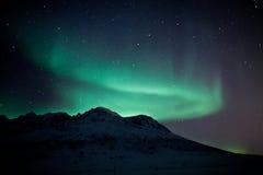 Aurora Borealis detrás de una montaña foto de archivo libre de regalías