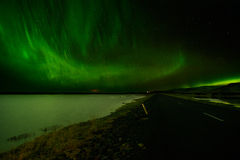 Aurora Borealis di stupore sopra un lago in Islanda Fotografia Stock Libera da Diritti
