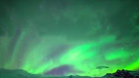 Aurora borealis die van helder neon het groene noordelijke lichten in donkere polaire nachthemel gloeien in het ongelooflijke 4k  stock video